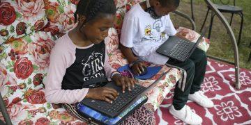 Así comienza el día escolar en tiempos de pandemia. Foto: Jessica Hill / AP