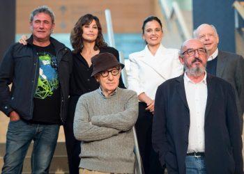 El director estadounidense Woody Allen (izquierda-delante) con actores de su comedia Rifkin's Festival, encargada de abrir el Festival de Cine de San Sebastián, España, en 2020. Foto: AFP / Nestia.
