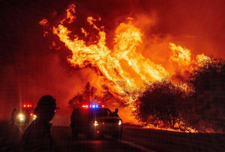 La mayor parte de estos incendios se declararon el fin de semana del 15 de agosto a causa de una tormenta eléctrica nada habitual en la región, por la cual cayeron más de 10 000 rayos. Desde entonces la sequía, los fuertes vientos y las altas temperaturas los han hecho extenderse a gran velocidad. Foto: Josh Edelson/Agence France-Presse/Getty Images, vía The New York Times.