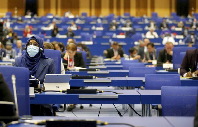 Asistentes a una conferencia del Organismo Internacional Energía Atómica, en Viena, Austria, el lunes 21 de septiembre de 2020. Foto: Ronald Zak/AP.