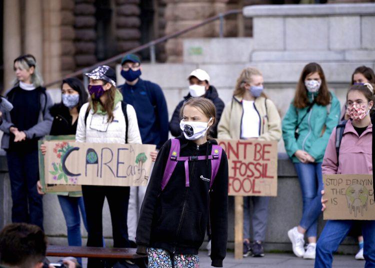 La activista sueca por el clima, Greta Thunberg, y otros jóvenes protestan ante el parlamento sueco, en Estocolmo, el 25 de septiembre de 2020. Foto: Janerik Henriksson/TT News Agency via AP.