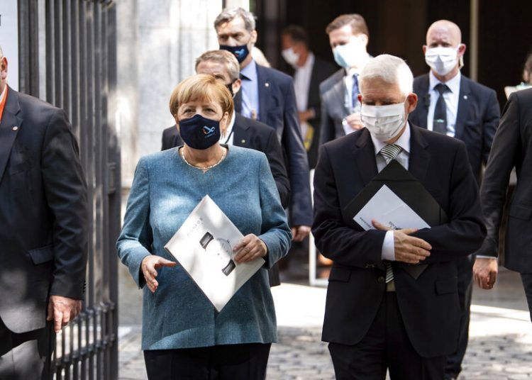 La canciller de Alemania, Angela Merkel, y Josef Schuster, presidente del Concejo Central Judío caminan después de una ceremonia por el 70 aniversario de esa organización en Berlín, Alemania, el martes 15 de septiembre de 2020. Foto: Bernd von Jutrczenka/Pool vía AP.