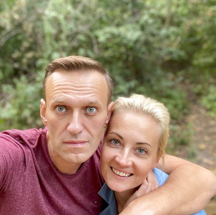 Fotografía publicada por el líder opositor ruso Alexei Navalny en su cuenta de Instagram, el viernes 25 de septiembre de 2020. Aparece junto con su esposa Yulia, en un sitio no revelado en Alemania. Foto: cuenta de Navalny en Instagram, vía AP.