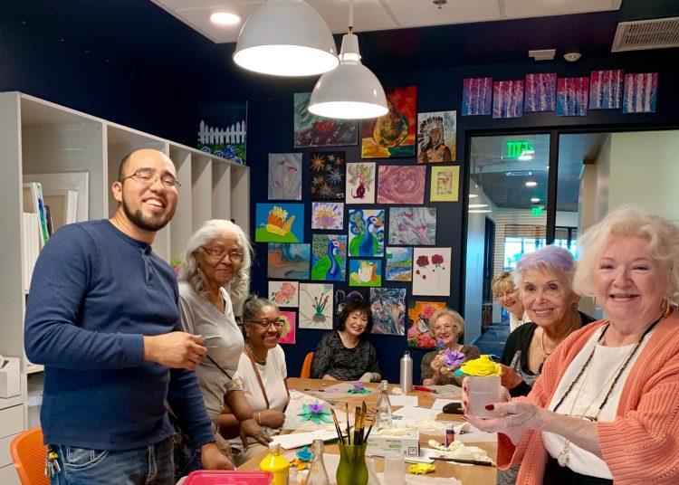 Nelson Mulet junto a sus alumnas del taller de pintura en la residencia para jubilados de Las Vegas, Revel Nevada. Foto: https://www.facebook.com/revelnevada/
