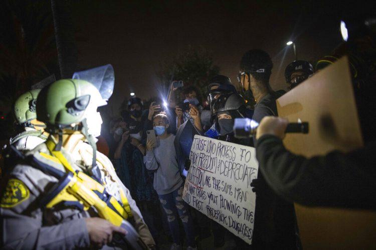 Manifestantes chocan con agentes de la policía de Los Ángeles en protestas tras la muerte de Dijon Kizzee, el lunes 31 de agosto de 2020 en Los Ángeles, California. Foto: Christian Monterrosa/AP.