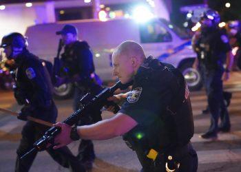 Policías avanzan después de que un agente de Louisville resultara baleado el miércoles 23 de septiembre de 2020, durante protestas contra la injusticia racial en Louisville, Kentucky. Foto: John Minchillo/AP.