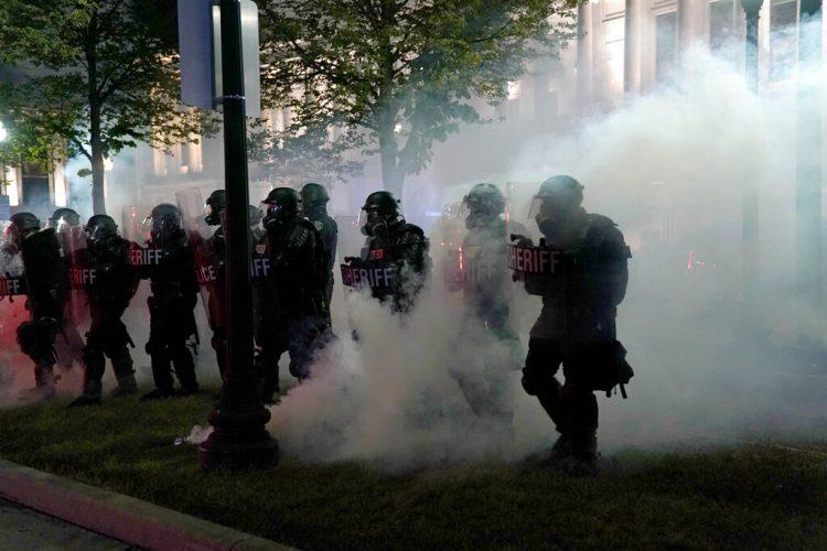 En imagen de archivo del 25 de agosto de 2020, policías antidisturbios desalojan un parque durante los enfrentamientos con manifestantes afuera de la corte del condado Kenosha, en Kenosha, Wisconsin. Foto: AP/David Goldman/Archivo.