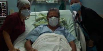 El doctor José Rubiera (c) se recupera tras sufrir un infarto y ser intervenido quirúrgicamente en La Habana. Foto: Cubadebate.