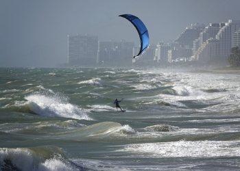 Surfistas aprovechan vientos de una tormenta, en Florida. Foto: Joe Cavaretta/South Florida Sun-Sentinel, vía AP.