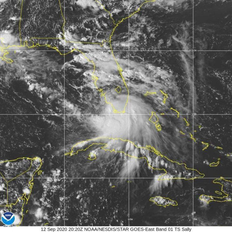 Esta imagen del sábado 12 de septiembre de 2020 proporcionada por la Oficina Nacional de Administración Oceánica y Atmosférica muestra la formación de la tormenta tropical Sally frente al sur de Florida. Foto: NOAA vía AP.