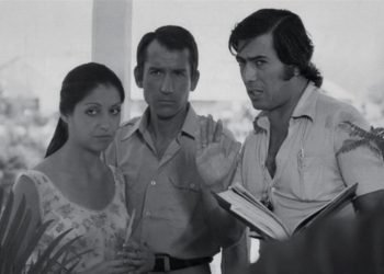 El escritor Mario Vargas Llosa (derecha), durante la adaptación de su novela Pantaleón y las visitadoras, en 1973. Foto: Andina.