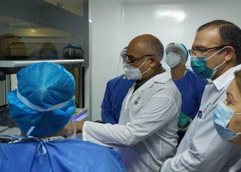 Realizan autoridades venezolanas, de la Oficina de Atención a las Misiones Sociales Cubanas y la embajada de Cuba en Venezuela recorrido por las instalaciones del Laboratorio de Biología Molecular. Foto: Tomada de @Cubacoopera_Ve3