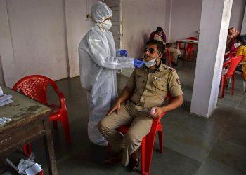 Realización de pruebas de PCR en la India para detectar el coronavirus SARS-CoV-2. Foto: Divyakant Solanki / EFE.