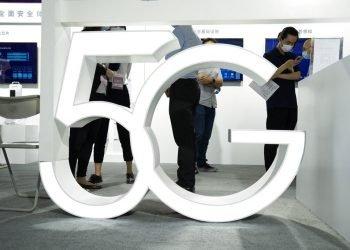 Visitantes pasan junto a un cartel de 5G en una Feria Internacional de Alta Tecnología de Beijing el 17 de septiembre del 2020. Foto: AP/Ng Han Guan/Archivo.