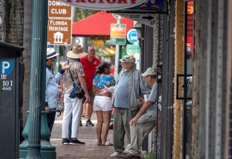 Personas en una calle de Florida, EE.UU., durante la pandemia de coronavirus. Foto: Cristóbal Herrera / EFE / Archivo.