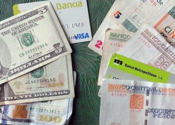 Fotografía de diferentes monedas que circulan legalmente en Cuba. Foto: Ernesto Mastrascusa / EFE.