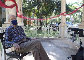 El nonagenario estadounidense Leo Scherker durante una entrevista con EFE el 8 de octubre de 2020 en la residencia The Palace Renaissance & Royale en Kendall, Miami, EE.UU. Foto: Jorge I. Pérez / EFE.