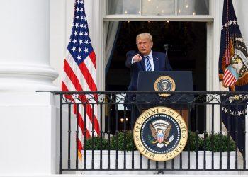 El presidente de Estados Unidos Donald Trump en el balcón Truman, en la Casa Blanca, Washington, en un acto el 10 de octubre de 2020. Foto: Erin Scott / EFE / Pool.