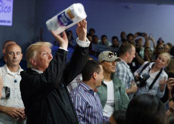 El presidente Donald Trump lanza rollos de papel higiénico a los afectados por el huracán María que devastó Puerto Rico. Foto: AP / Archivo.