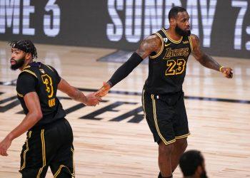 Anthony Davis y LeBron James de los Lakers de Los Ángeles celebran un enceste en el juego 2 de las Finales ante el Heat de Miami el viernes 2 de octubre del 2020. (AP Photo/Mark J. Terrill)