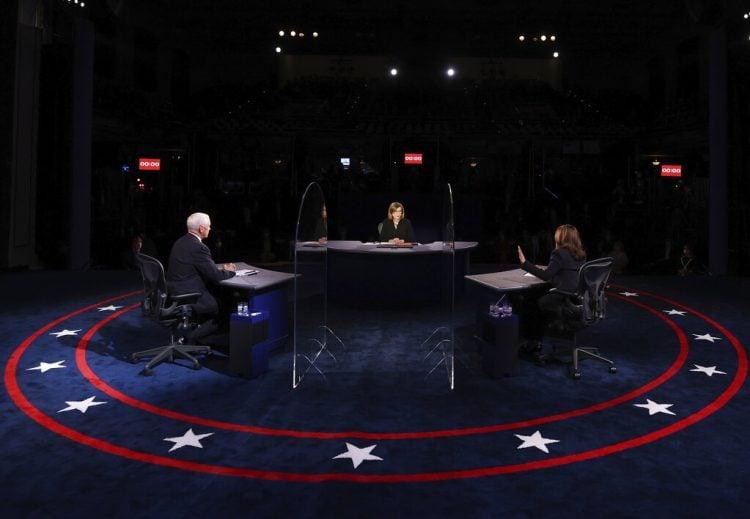 El vicepresidente Mike Pence escucha a la candidata demócrata a la vicepresidencia, la senadora Kamala Harris, durante el debate vicepresidencial del miércoles 7 de octubre de 2020 en la Sala Kingsbury de la Universidad de Utah en Salt Lake City. (Justin Sullivan/Pool via AP)