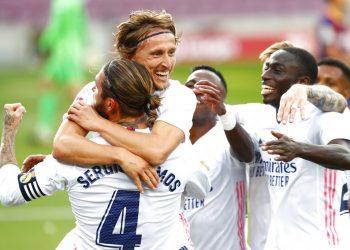 Luka Modric celebra tras anotar el tercer gol en la victoria 3-1 ante el Barcelona por La Liga de España, el sábado 24 de octubre de 2020. (AP Foto/Joan Monfort)