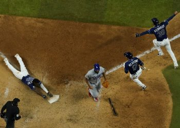 Randy Arozarena, de los Rays de Tampa Bay, anota la carrera del triunfo ante los Dodgers de Los Ángeles en el cuarto juego de la Serie Mundial el sábado 24 de octubre de 2020, en Arlington, Texas. (AP Foto/David J. Phillip)