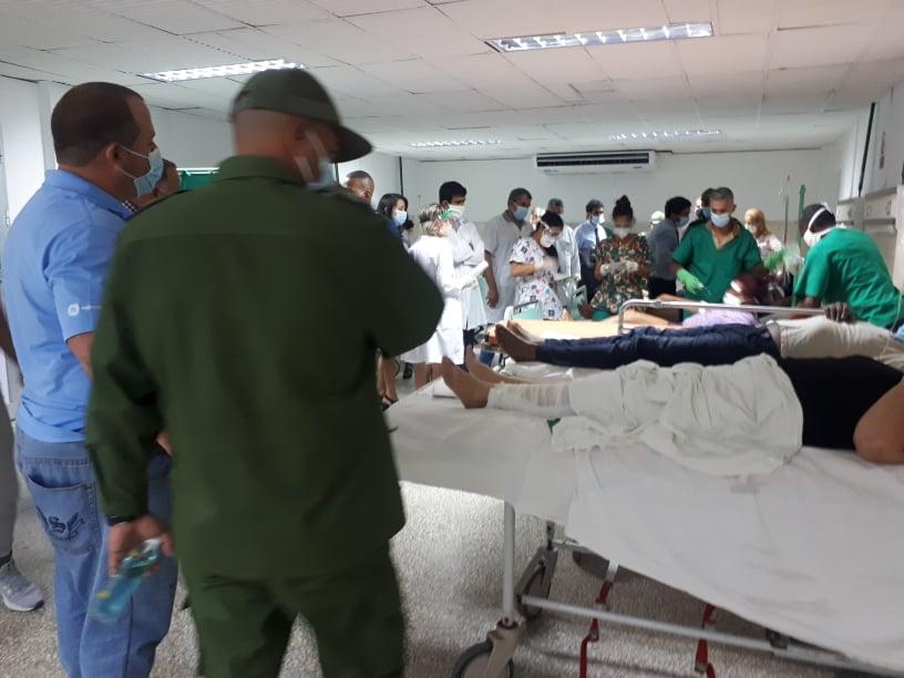 Atención a las personas lesionadas tras el derrumbe de un puente en Matanzas, en el occidente de Cuba. Foto: TV Yumurí.