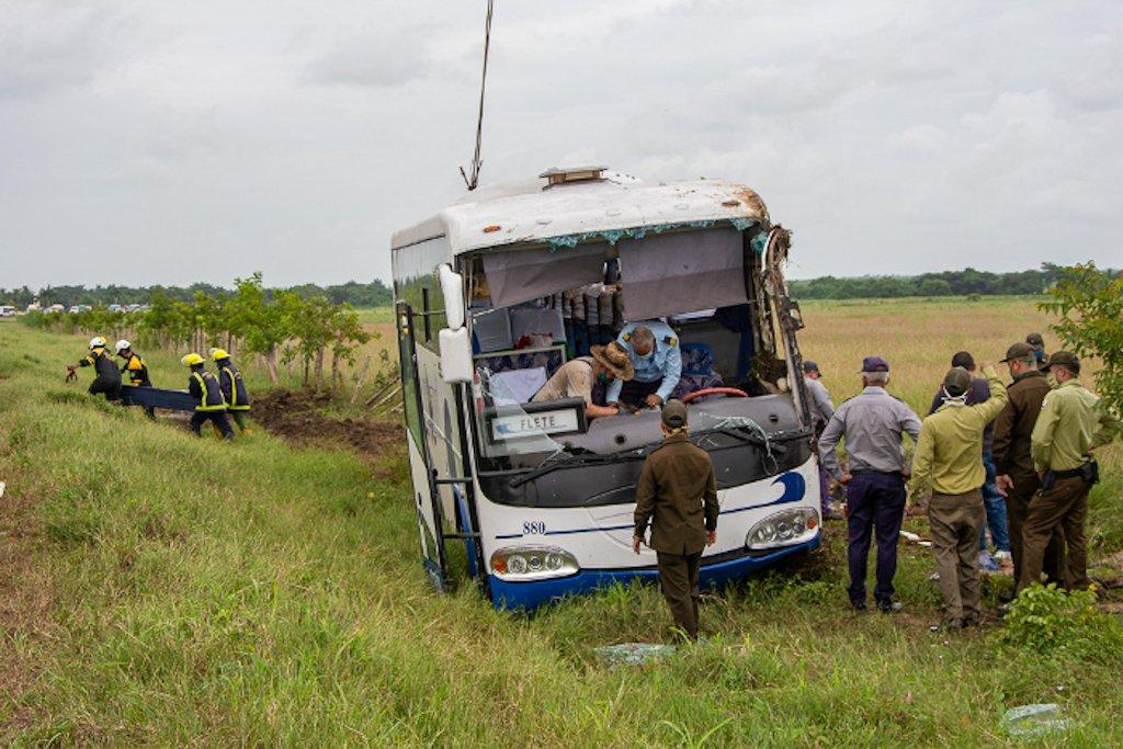 Peritos del Ministerio del Interior investigan las causas de la pérdida del control vehicular. Foto: adelante.cu