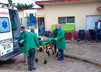 Personal médico y paramédico atiende a heridos en un accidente de tránisto ocurrido en la provincia de Camagüey, el 26 de octubre de 2020. Foto: Yunier Soler Castellanos/Facebook.