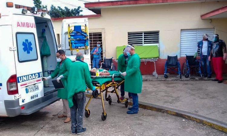Personal médico y paramédico atiende a heridos en un accidente de tránisto ocurrido en la provincia de Camagüey, el 26 de octubre de 2020. Foto: Yunier Soler Castellanos/Facebook/Archivo.