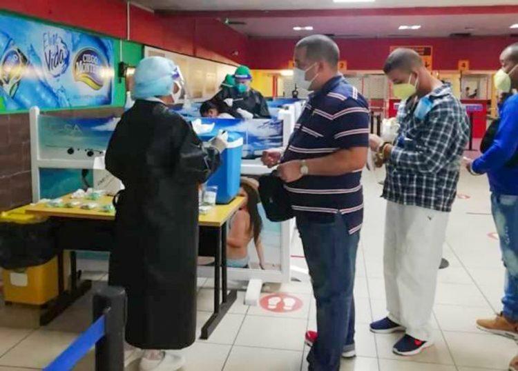 Aplican PCR en el aeropuerto José Martí a los viajeros que arriban a Cuba. Foto: Luis Carlos Gongora/Facebook.