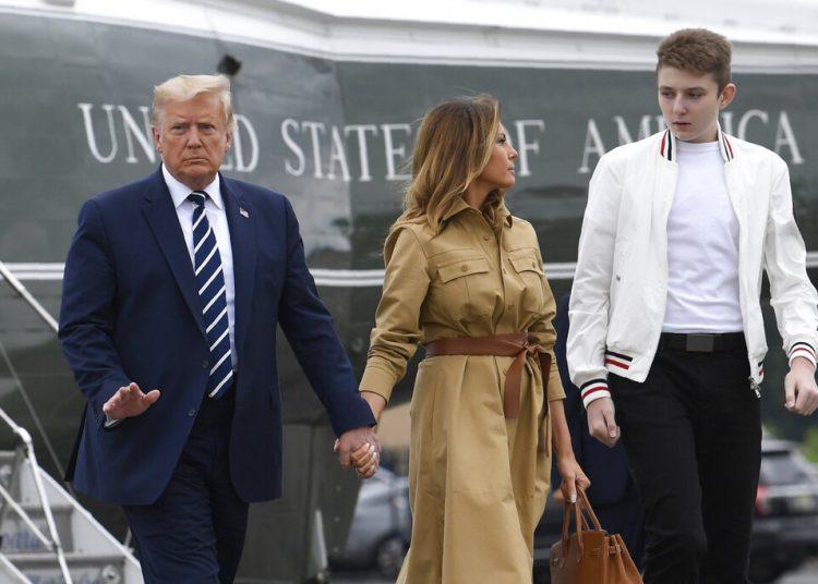 En esta fotografía del 16 de agosto de 2020, el presidente Donald Trump, la primera dama Melania Trump y su hijo, Barron Trump caminan hacia el avión presidencial en el Aeropuerto Municipal de Morristown, Nueva Jersey. Foto: Susan Walsh/AP.
