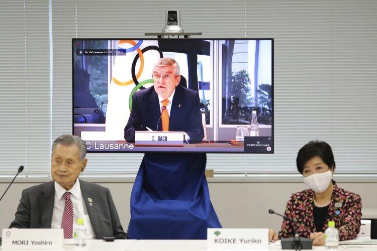 En esta imagen de archivo del 24 de septiembre de 2020, el presidente del COI, Thomas Bach, aparece en la pantalla para intervenir a distancia con el presidente del Comité Organizador Yoshiro Mori, a la izquierda, y la gobernadora de Tokio, Yuriko Koike, a la derecha durante una reunión virtual sobre los aplazados Juegos Olímpicos de Tokio, en Tokio. Foto: Du Xiaoyi/Pool via AP.