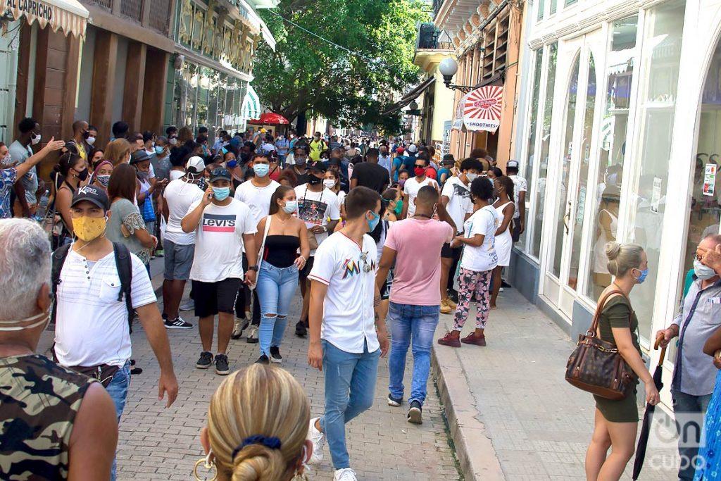 Afluencia de personas en la Calle Obispo, tras la flexibilización de las restricciones por la COVID-19 en La Habana. Foto: Otmaro Rodríguez.
