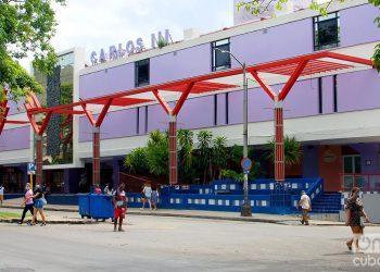 Vista exterior del centro comercial Plaza Carlos III, en La Habana. Foto: Otmaro Rodríguez.