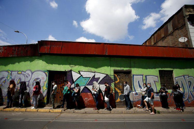 Personas esperan su turno para votar durante el referéndum para decidir si el país debe reemplazar su Constitución de 40 años, redactada durante la última dictadura, en Santiago de Chile, el domingo 25 de octubre de 2020.  Foto: Luis Hidalgo/AP.