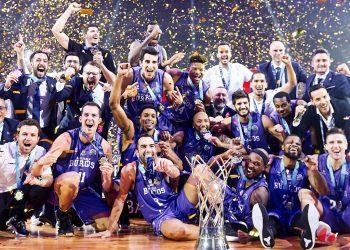Equipo San Pablo Burgos posa junto al trofeo europeo de baloncesto. Foto: @SanPabloBurgos/Twitter.
