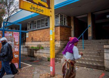 Varios ciudadanos transitan por una calle de Johannesburgo. Foto: EFE/EPA/Kim Ludbrook/Archivo.