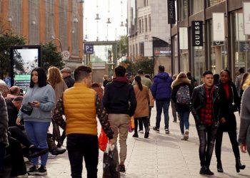 """Varias personas caminan por la principal calle comercial de La Haya en una jornada en la que entra en vigor el confinamiento parcial en Países Bajos tras el fracaso de lo que se conoce como """"confinamiento inteligente"""". Foto Imane Rachidi / EFE."""