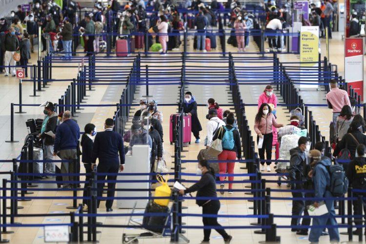 Los pasajeros se registran tras la reapertura de las operaciones en el Aeropuerto Internacional Jorge Chávez en Callao, Perú, luego de más de seis meses suspendidas por el coronavirus, el lunes 5 de octubre de 2020. Foto: AP/Martín Mejía.
