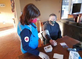Fotografía cedida por la Cruz Roja Internacional que muestra a una funcionaria del ente mientras participa en labores de apoyo a adultos mayores en medio de la pandemia, en Chile. Foto: EFE/ Cruz Roja Internacional.