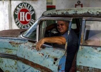 Julio Álvarez, copropietario de Nostalgicar, posa en el interior de su última adquisición de automóvil clásico estadounidense que espera restaurar en La Habana, Cuba, el miércoles 21 de octubre de 2020. Foto: AP/Ramón Espinosa.