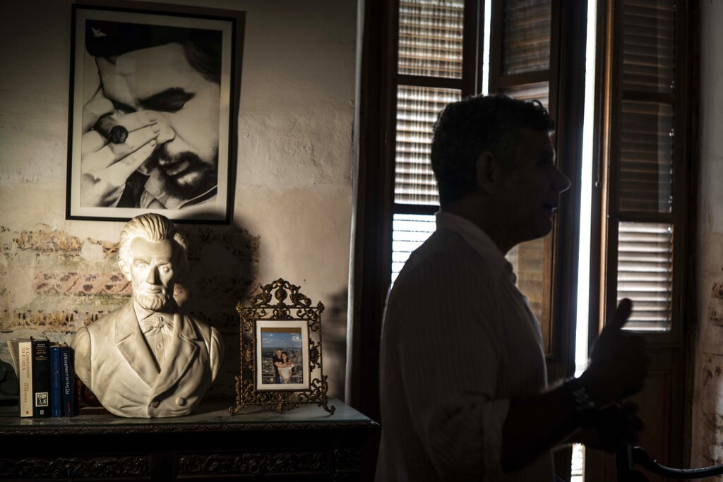 """Una imagen enmarcada del héroe revolucionario cubano nacido en Argentina Ernesto """"Che"""" Guevara cuelga de una pared junto a un busto del presidente estadounidense Abraham Lincoln en la casa de Gregory Biniowsky, un abogado y consultor canadiense que ha vivido y trabajado en Cuba durante más de 20 años, en La Habana, el lunes 19 de octubre de 2020. Foto: AP/Ramón Espinosa."""