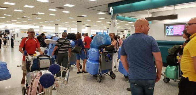 Viajeros cubanos en el Aereopuerto Internacional de Miami. Foto: Archivo.