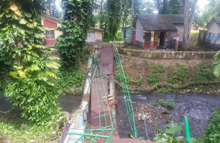 Puente derrumbado en un centro de aislamiento en Matanzas, en el occidente de Cuba. Foto: TV Yumurí.