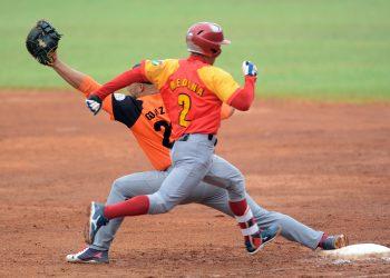 El Juego de las Estrellas en el béisbol cubano todavía despierta pasiones entre los parciales de Orientales y Occidentales. Foto: Ricardo López Hevia.
