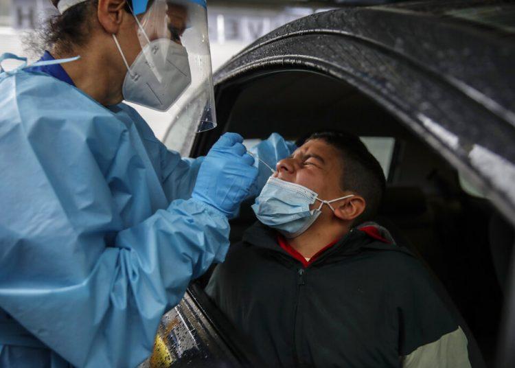 Un enfermero toma muestras durante una prueba de diagnóstico de la COVID-19 en un punto de revisión en el hospital de San Paolo, en Milán. Foto: Luca Bruno/AP/Archivo.