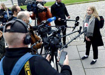 Aava Murto, entrevistada por reporteros, en Helsinki, Finlandia, el 7 de octubre de 2020. Foto: Heikki Saukkomaa/Lehtikuva via AP.