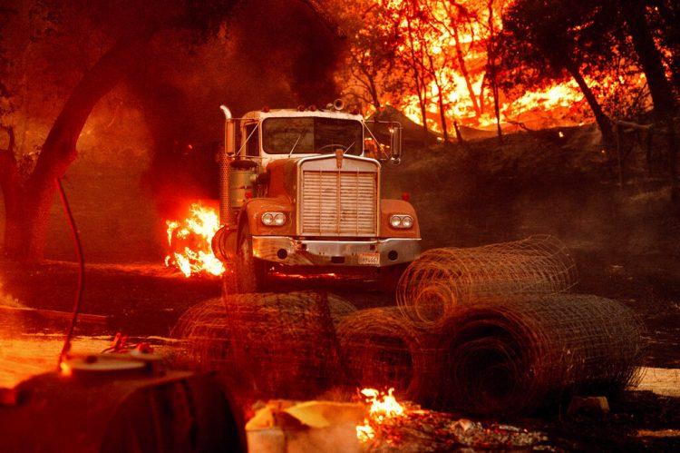 Las llamas de un incendio forestal queman un camión en un viñedo en Calistoga, California, el jueves 1 de octubre del 2020. Foto: Noah Berger/AP.